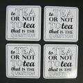 """Glasunderlägg med texten """"to tea or not to tea, that is the question"""". Undersida i kork. Set om fyra. Mått 10×10 cm."""