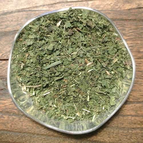 Örtte på torkade brännässelblad är en naturlig energidryck. Rik på järn, vitaminer och mineraler.
