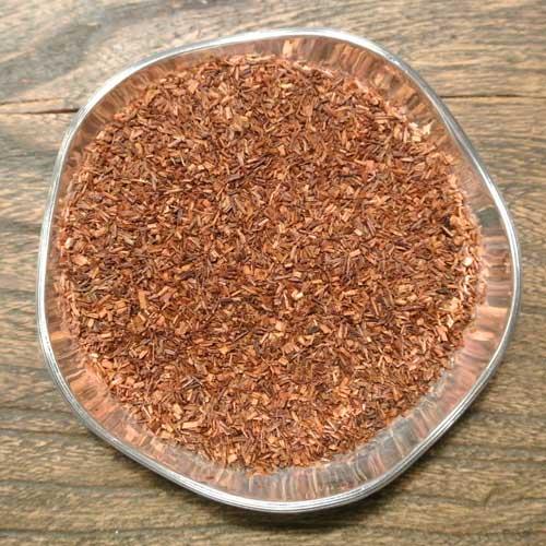 Sydafrikansk rooibos smaksatt med syrlig rabarber och len grädde. En mjuk och harmonisk kombination.
