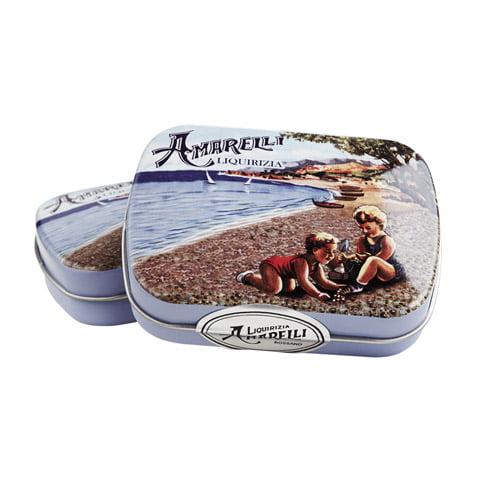 Amarellini Lattina Mare är italienska lakritspastiller med smak av mint och vanilj. Förpackad i vacker plåtask med sommartema. Från Amarelli.