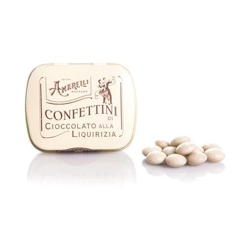 Lakritspastiller med dragering av vit choklad från Italienska Amarelli. Perfekt balans mellan söt choklad och kraftfull lakrits. Köp hos KaffeochTe.se.