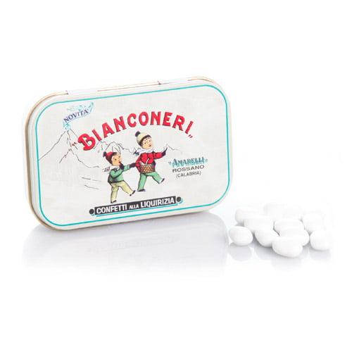 Italienska lakritspastiller med kritvit dragering. Bianconeri har en fräsch smak av mint med inslag av vanilj. En premium produkt från Italienska Amarelli.