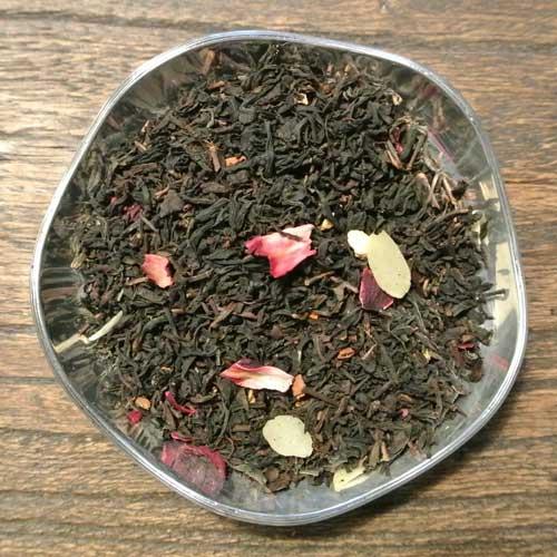 Svart te smaksatt med kanel och mandel. Ett vackert te som är kryddigt till både smak och doft.