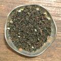 Ett svart te med somriga smaker från smultron och grädde. Dekor av torkade smultronblad.