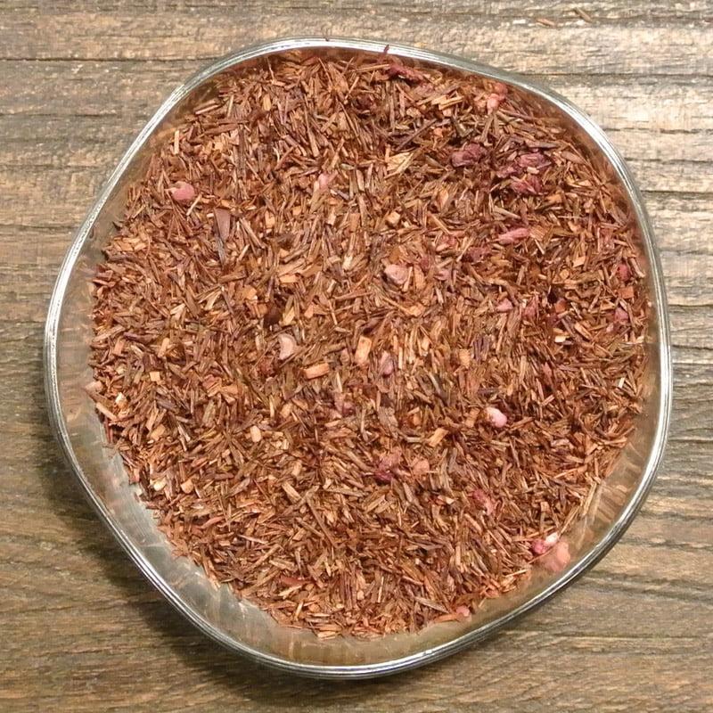 Sydafrikansk rooibos med en frisk smak av hallon. Innehåller härliga hallonbitar.