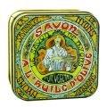 Fransk tvål förpackad i en vacker plåtask med äldre reklammotiv. Tvålen har en behaglig doft av mandelblom.