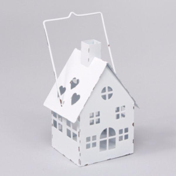 Ljuslykta för värmeljus i form av ett hus i metall. Mått 8,5x8x15 cm (lxdxh, höjd till skorsten. Höjd till handtag 19 cm).