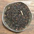 Svart te med syrliga smaker från björnbär och äpple i kombination med en mjuk nyans från grädde.