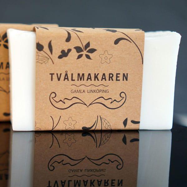 Återfuktande är en underbart mjukgörande tvål speciellt bra för torr och känslig hy. Ekologisk handgjord tvål från Tvålmakaren i Gamla Linköping. 100 gram.