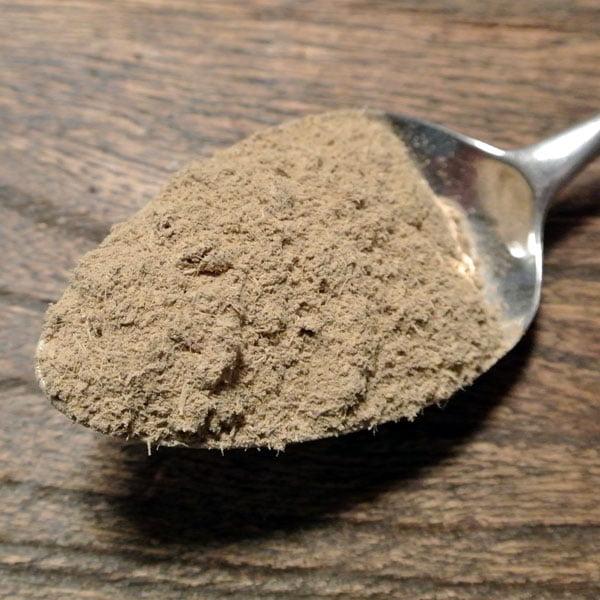 Lakritspulver gjort på ren lakritsrot, används i bakning, matlagning, glass och i efterrätter. Gott till kött och fisk.
