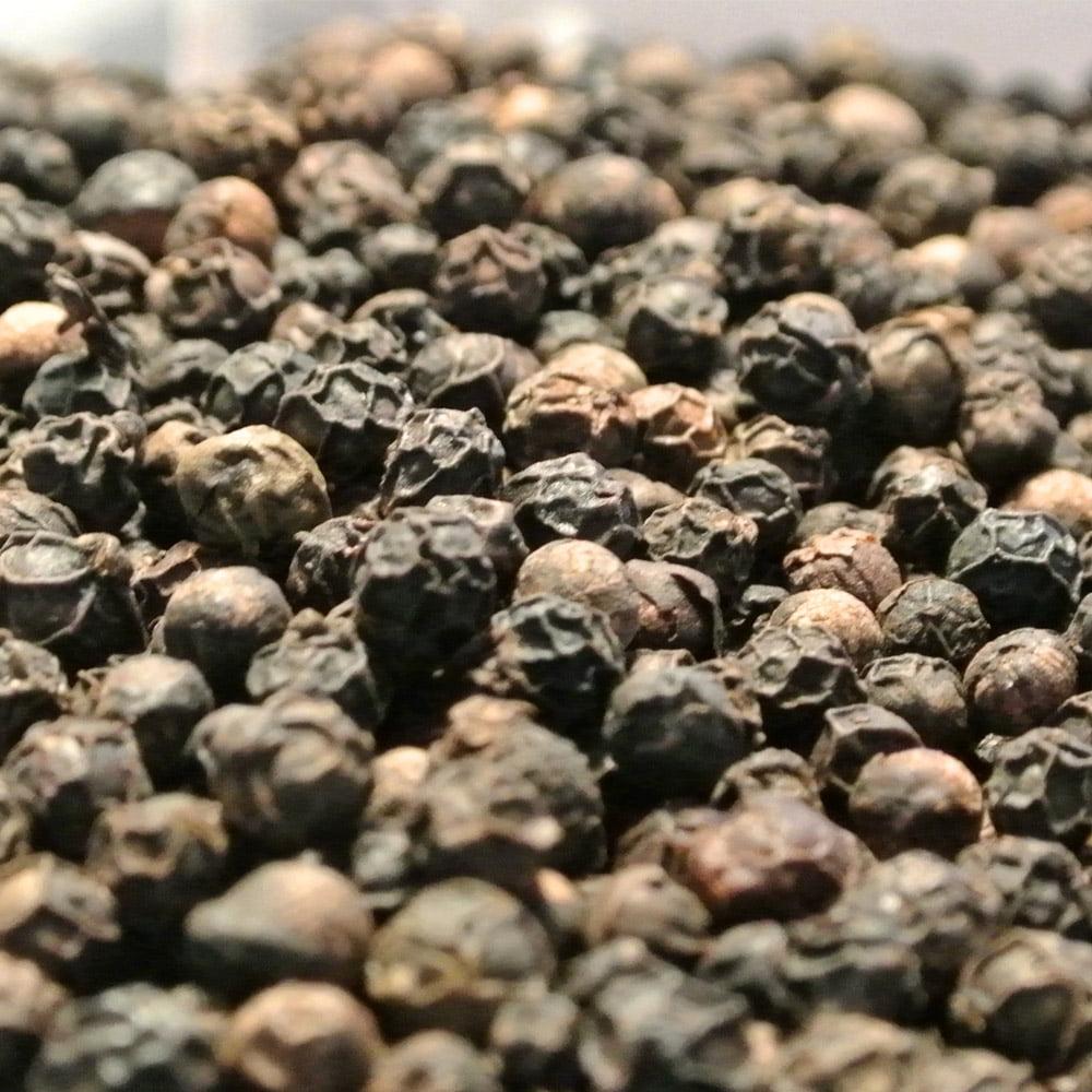 Hela korn av svartpeppar till din pepparkvarn, ett måste i var mans kök! Nymalen svartpeppar kan väcka liv i vilken maträtt som helst.