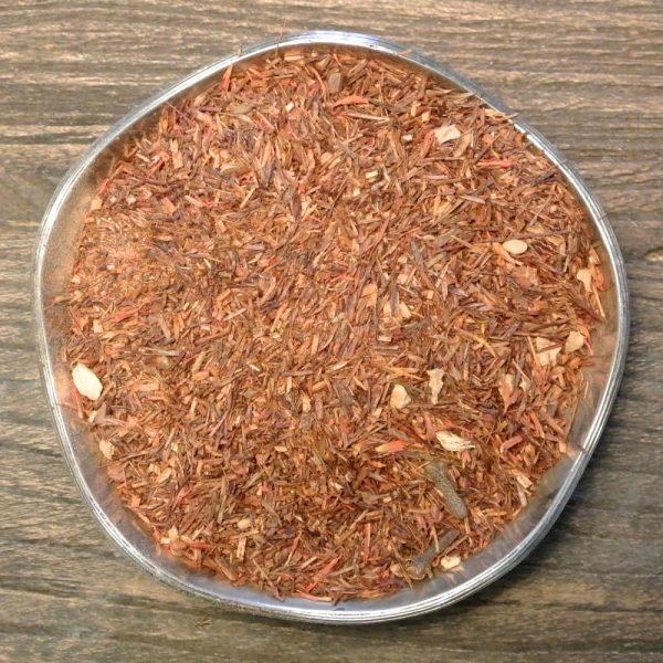 Rött te (Rooibos) späckat med julens kryddor så som kanel, kardemumma, kryddnejlika och ingefära.