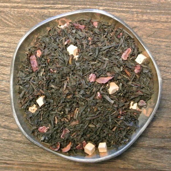 Toffee är ett svart te med smörkaramellbitar, kakaobitar och naturligt baserad smakarom. Sött och gott.