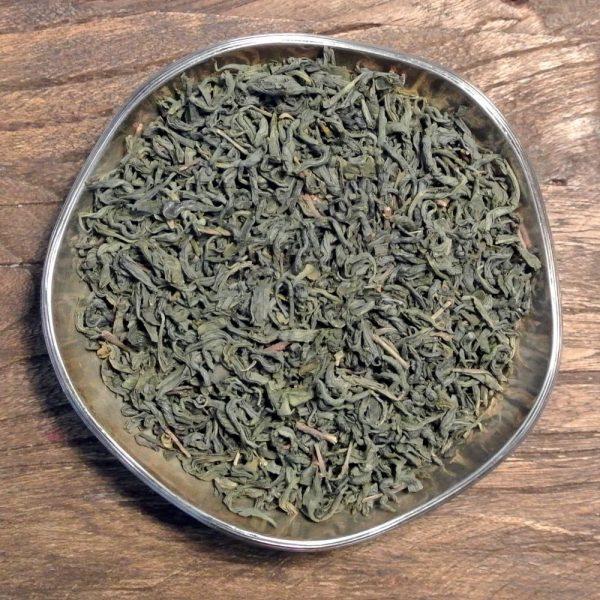 Ett klassiskt och populärt grönt te i Kina med robust karaktär. Från ekologisk och FairTradecertifierad plantage.