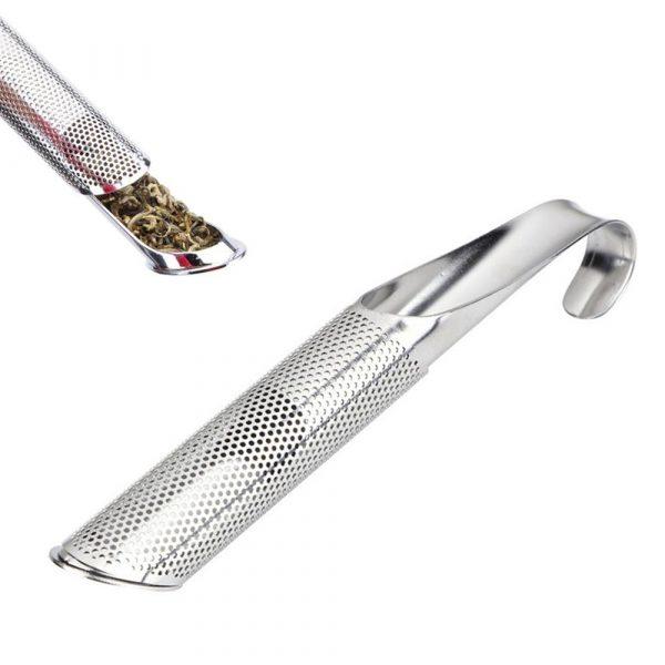Rörformad tesil i rostfritt stål. Skjut gallret åt sidan för att skopa i teet. Längd 14,5 cm.
