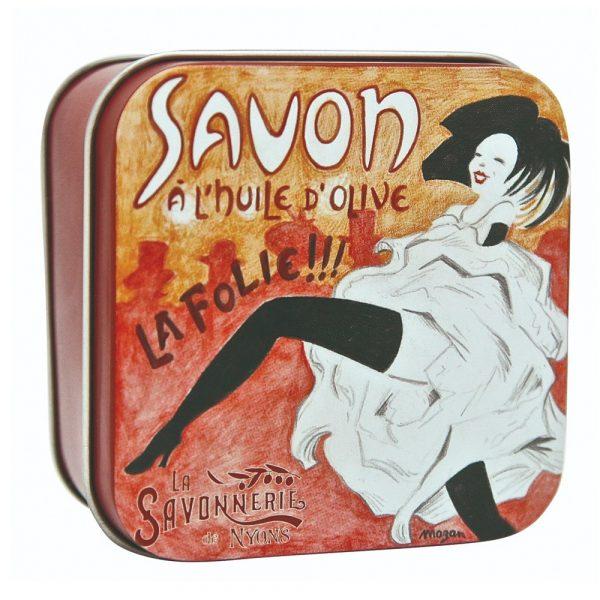 Fransk tvål med doft av rosenblom. Innehåller mjukgörande sheasmör och ekologisk olivolja. Förpackas i vacker plåtask. Vikt 100 gram.