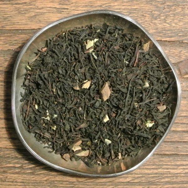 Lakrits och päronsmak har detta svarta te, med bitar av torkad äkta lakritsrot.