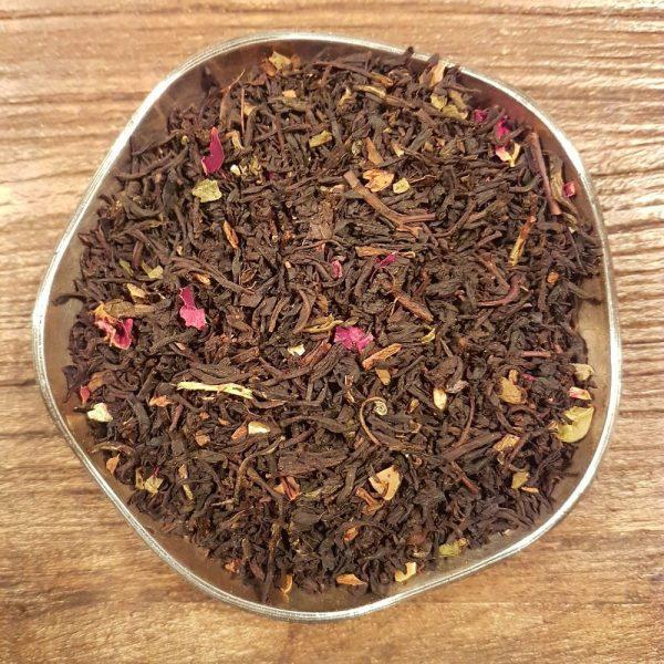 Svart te med smak av marsipan, kanel och rom. En härlig trio av smaker som toppas med vacker dekor av rosor.