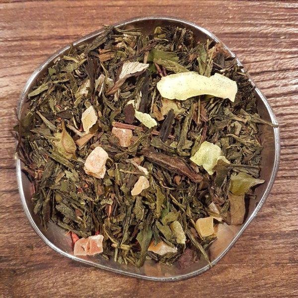 Piña Colada innehåller en mix av grönt och vitt te med smak av ananas, kokos och grädde. Innehåller även bitar av papaya, kokos och ananas.