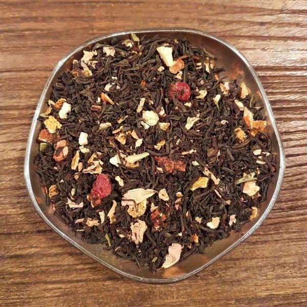 Ekologiskt svart te med smak av somrig jordgubbscheesecake. Innehåller bitar av jordgubbar och citronskal, dekorerat med rosblad.