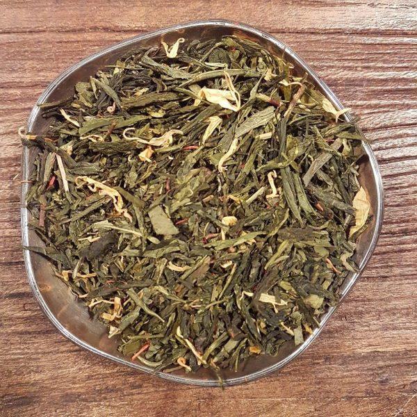 Grönt te med mjuka smaker från persika och grädde. Innehåller bitar av persika och papaya, dekorerat med safflor och ringblomma.