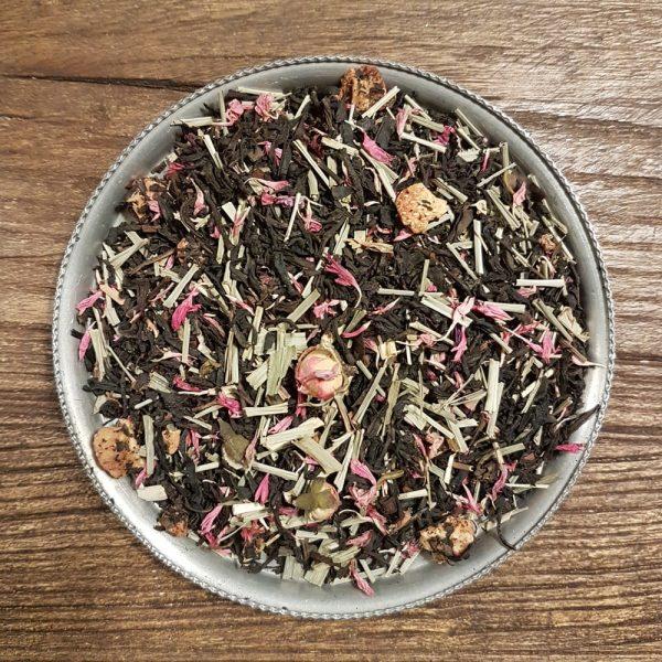 Svart te med smak av exotisk drakfrukt och söta jordgubbar. Innehåller även citrongräs, rosenknoppar samt jordgubbsbitar.