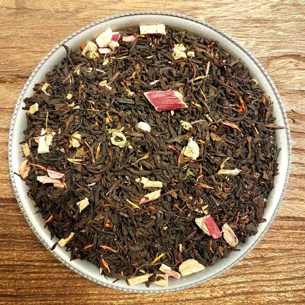 Svart Ceylon te med smak av rabarber, vanilj och kardemumma. En utsökt smakkombination! Innehåller rabarberbitar.