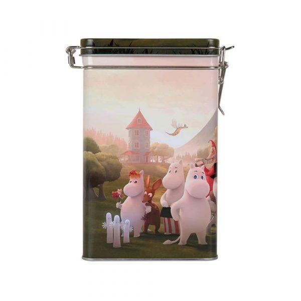 Kaffeburk av plåt med ett fint muminmotiv från den nya Mumin animationsserien 'Moominvalley'. Burken har ett tättslutande lock med gångjärn och rymmer 500 gram kaffe. Mått 12x20x8 cm (bxhxd). Handdisk rekommenderas.