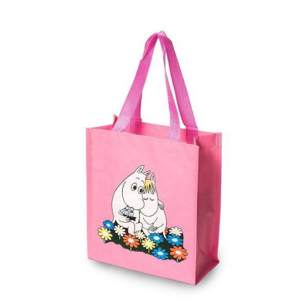 Praktisk liten shoppingkasse med fint Muminmotiv. Perfekt för matlådan, när du ska handla något litet, som gåvokasse eller som barnväska. Mått 25x28 cm. Material Polypropen.