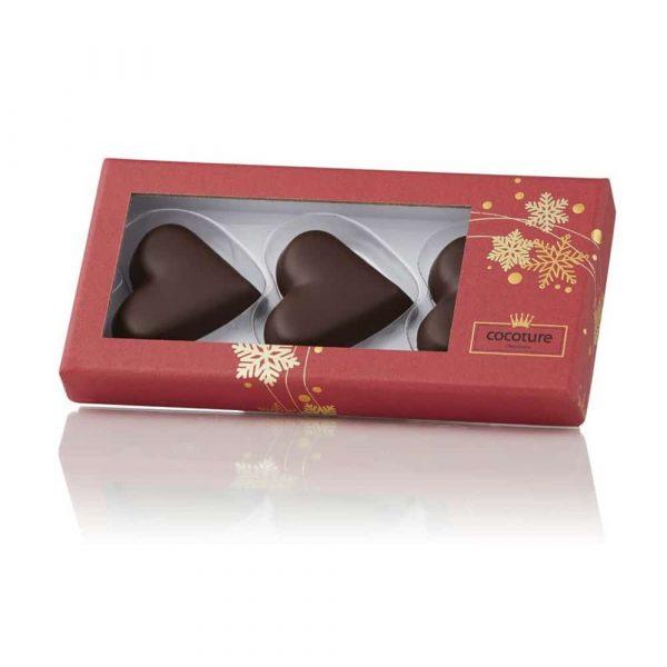 Marsipanhjärtan gjord på imponerande 77% mandel doppade i mörk choklad. Innehåller 3 st hjärtan fint förpackade i röd ask med gulddekor. En god och uppskattad julgåva. Vikt 60gram.